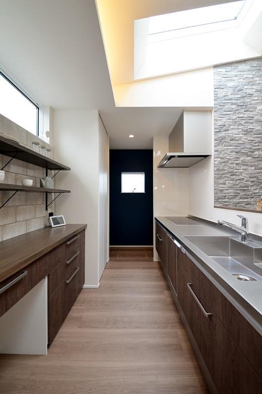 「中庭のあるコの字型住宅」の西海岸風なキッチン(DETAIL HOME:ディテールホーム)