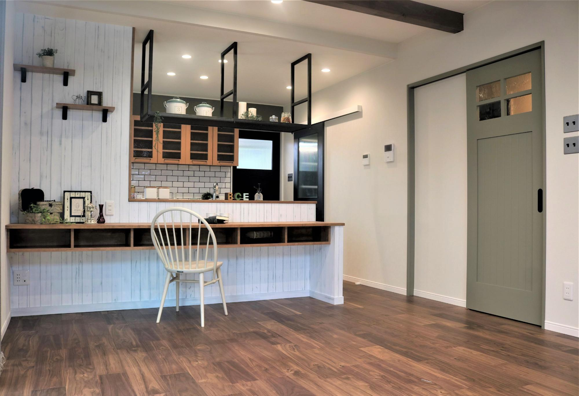 白のウッド調クロスと、アイアン棚でアメリカンヴィンテージスタイル(株式会社アンドクリエイト)