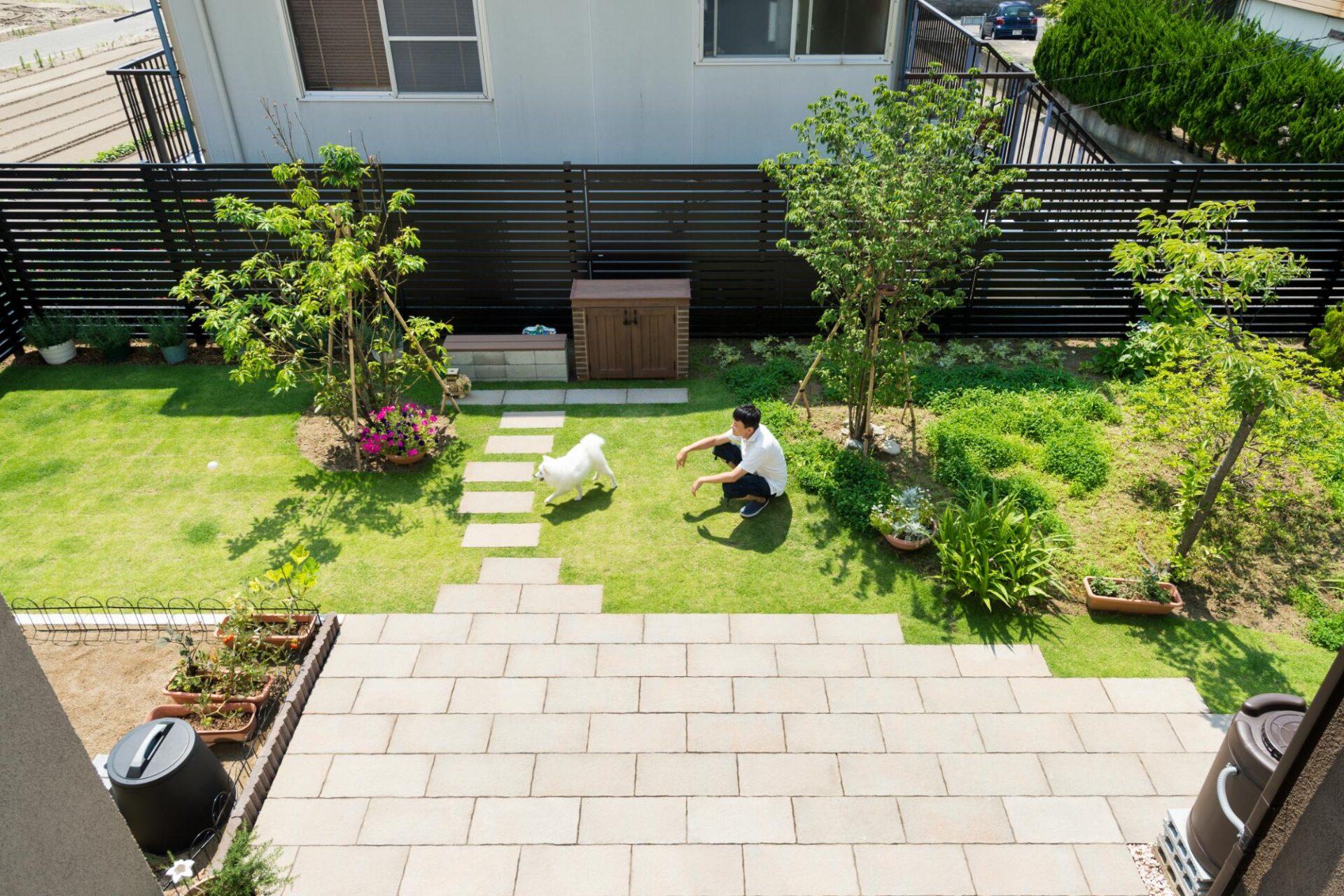 庭とデッキを囲んだ開放感あふれる家(フクダハウジング株式会社)