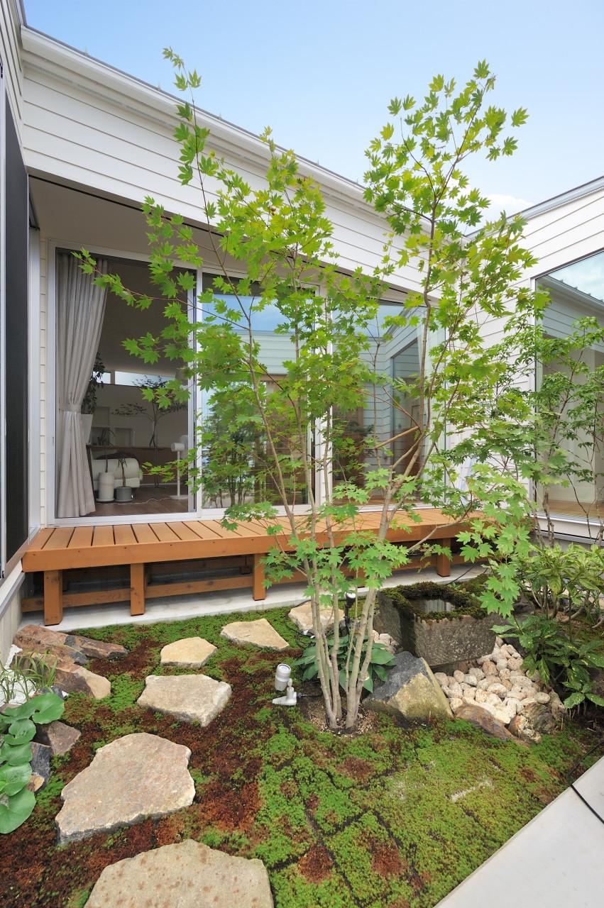 緑を眺める平屋「白いハコの家」(株式会社高田建築事務所)