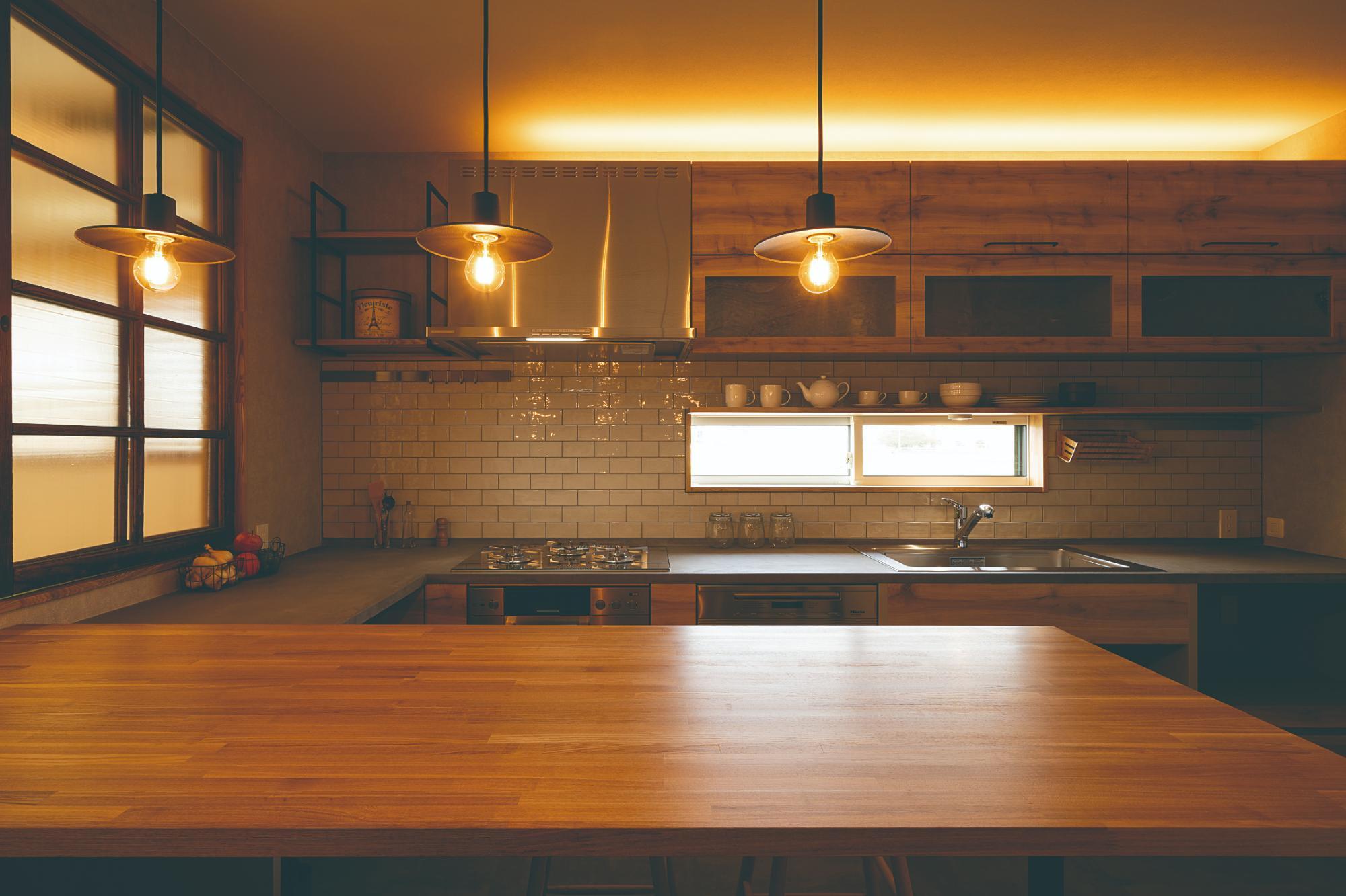仕切ることで得る開放感、今どきの農家キッチン(DETAIL HOME)