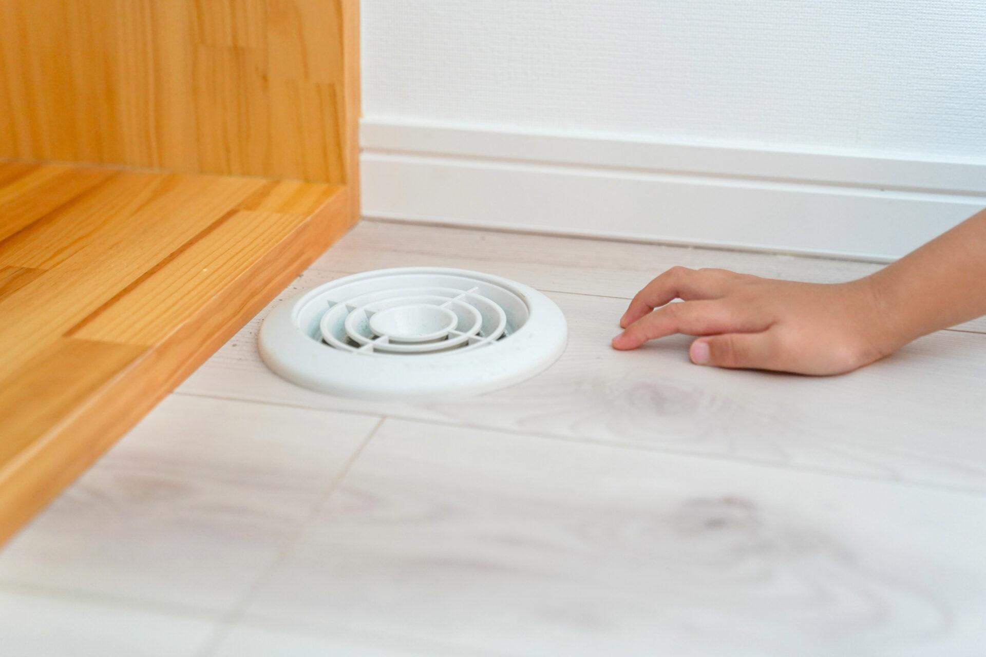 効率の良い換気の仕組みとして、床に汚れた空気を排出できる換気口がついている。