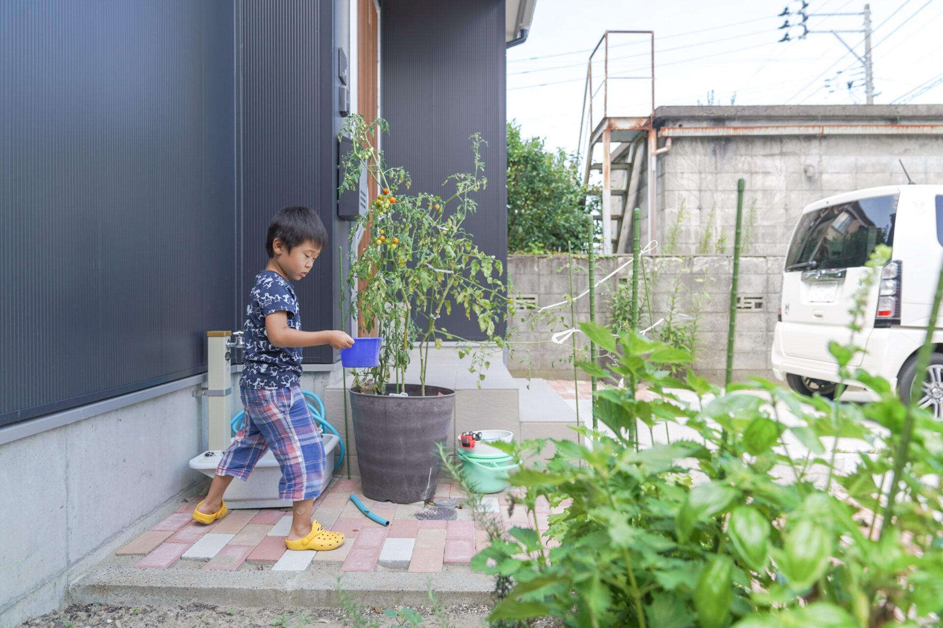 家の前には車3台のスペースのほかに庭も。暑い日は外で水遊びをして遊んでいるそう。